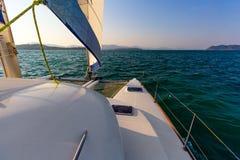 Piattaforma del catamarano al tramonto Fotografia Stock Libera da Diritti