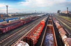 Piattaforma del treno del carico al tramonto con il contenitore immagini stock