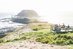 Piattaforma dell'allerta con i turisti con la vista sull'isola rotonda a Nobbies, Phillip Island, Victoria, Australia Fotografia Stock Libera da Diritti