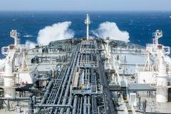 Piattaforma dell'autocisterna del petrolio greggio con la conduttura del carico Fotografia Stock