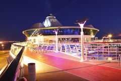 Piattaforma della nave da crociera alla notte Fotografie Stock