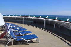 Piattaforma della nave da crociera dei loungers di Sun Fotografia Stock Libera da Diritti
