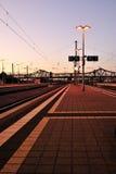 Piattaforma della stazione ferroviaria Fotografie Stock Libere da Diritti