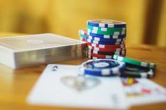 Piattaforma delle carte, dei chip e delle fatture di soldi su una tavola di legno fuoco molle e bello bokeh Fotografie Stock