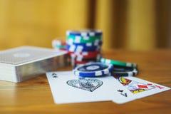 Piattaforma delle carte, dei chip e delle fatture di soldi su una tavola di legno fuoco molle e bello bokeh Fotografie Stock Libere da Diritti