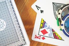 Piattaforma delle carte, dei chip e delle fatture di soldi su una tavola di legno fuoco molle e bello bokeh Immagini Stock Libere da Diritti
