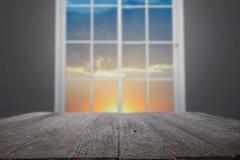 Piattaforma dello scrittorio ed interno di legno della casa della finestra Fotografia Stock