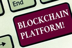 Piattaforma di Blockchain del testo della scrittura Concetto che significa scambio digitale di Cryptocurrency sulla chiave di tas immagine stock libera da diritti