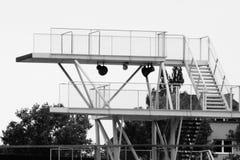 Piattaforma di immersione subacquea in bianco e nero fotografia stock