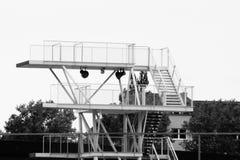 Piattaforma di immersione subacquea in bianco e nero immagine stock