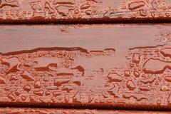Piattaforma di legno bagnata fotografia stock