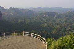 Piattaforma di legno con il Mountain View fotografia stock libera da diritti