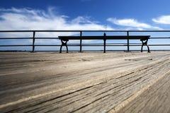 Piattaforma di legno con un banco Fotografia Stock Libera da Diritti