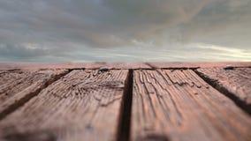 Piattaforma di legno con una vista del cielo archivi video