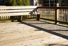 Piattaforma di legno con zona di disposizione dei posti a sedere Fotografia Stock Libera da Diritti