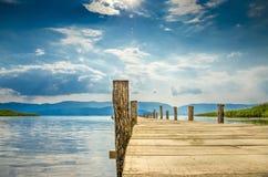Piattaforma di legno del lago fotografie stock libere da diritti