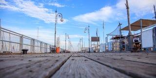 Piattaforma di legno per il sentiero costiero al pilastro di Limassol, Cipro Cielo blu con le nuvole bianche per fondo Fotografia Stock