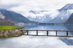 Piattaforma di legno sopra il lago della montagna Immagine Stock Libera da Diritti