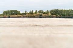 Piattaforma di legno vicino all'acqua Fotografie Stock Libere da Diritti