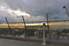 Piattaforma di osservazione con le viste della città di sera Immagine Stock
