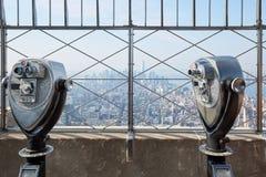 Piattaforma di osservazione dell'Empire State Building con il binocolo a New York Fotografia Stock