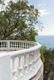 Piattaforma di osservazione della balaustra sulla riva del Mar Nero in Crimea Fotografie Stock