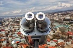 Piattaforma di osservazione e primo piano d'esame del binocolo che trascurano la città di Tbilisi immagine stock libera da diritti