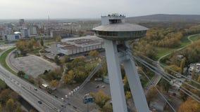 Piattaforma di osservazione moderna aerea del UFO del ponte del fuco 4K Bratislava Danubio archivi video