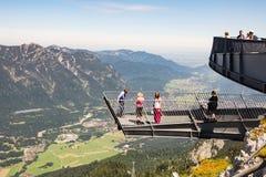 Piattaforma di osservazione nelle alpi Immagini Stock