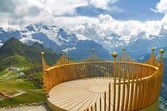 Piattaforma di osservazione sull'allerta, in montagne delle alpi, la Svizzera Immagini Stock