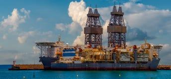 Piattaforma di perforazione nel porto fotografie stock libere da diritti