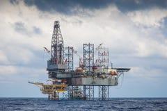 Piattaforma di produzione del gas e del petrolio che lavora alla piattaforma a distanza della testa di pozzo a Immagini Stock