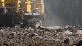 Piattaforma di produzione nella trincea a cielo aperto del carbone Luoghi di perforazione per gli esplosivi nella cava Movimento  stock footage