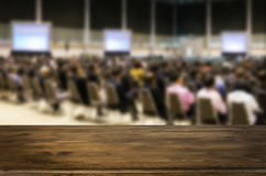 Piattaforma di spazio dello scrittorio con la gente di affari in una riunione al corridoio, f Fotografia Stock