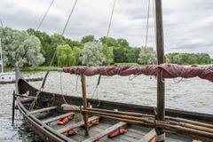 Piattaforma di una nave russa antica - corvi, con i remi di legno immagine stock libera da diritti