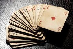 Piattaforma di vecchie carte da gioco sporche grungy Fotografia Stock Libera da Diritti
