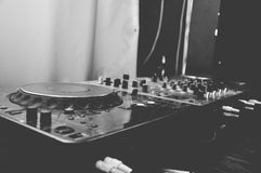 Piattaforma e miscelatore del DJ Immagini Stock Libere da Diritti