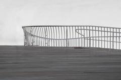 Piattaforma e rotaie dello spazio all'aperto fotografia stock