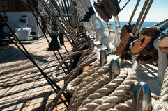 Piattaforma e sartiame del ` s di Sailsboat fotografia stock libera da diritti