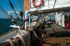 Piattaforma e sartiame del ` s di Sailsboat fotografie stock