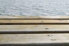 Piattaforma ed acqua di legno Fotografia Stock Libera da Diritti