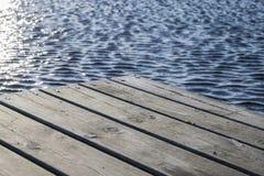 Piattaforma ed acqua di legno Fotografia Stock