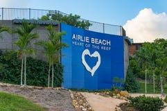 Piattaforma ed insegna dell'allerta della spiaggia di Airlie Fotografia Stock Libera da Diritti