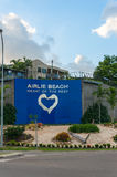 Piattaforma ed insegna dell'allerta della spiaggia di Airlie Fotografia Stock