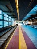 Piattaforma ferroviaria moderna Fotografia Stock Libera da Diritti