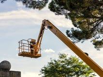 Piattaforma gialla sul cielo e sugli alberi fotografia stock libera da diritti