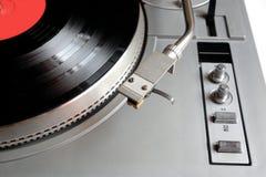Piattaforma girevole in caso d'argento con l'annotazione di vinile con l'etichetta rossa isolata su fondo bianco top Fotografia Stock