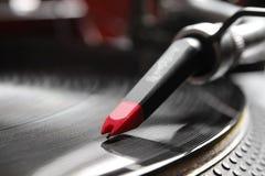 Piattaforma girevole che gioca il record di vinile Fotografie Stock