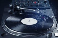 Piattaforma girevole che gioca musica con le linee trasversali disegnate a mano Fotografia Stock Libera da Diritti