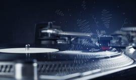 Piattaforma girevole che gioca musica con le linee trasversali disegnate a mano Fotografia Stock